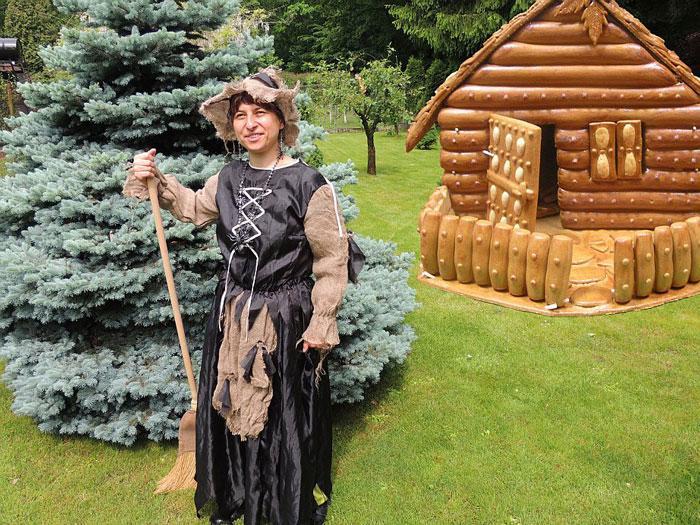 Čarodějka před Perníkovou chaloupkou