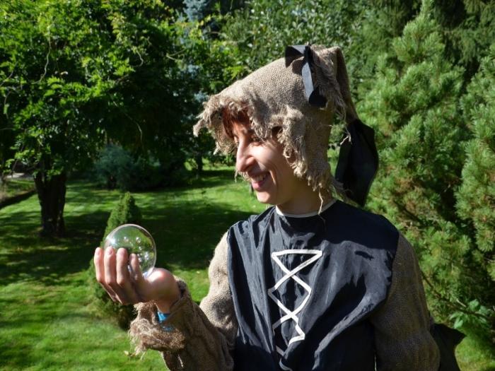 Čarodějka věští z magické koule